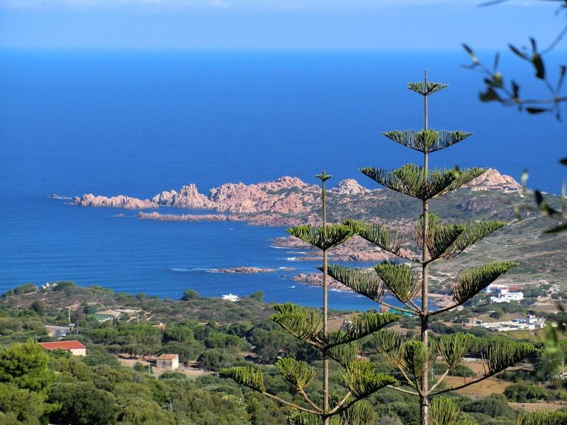 Isola Rosa - městečko na mohutných útesech načervenalé barvy s krásnými plážemi